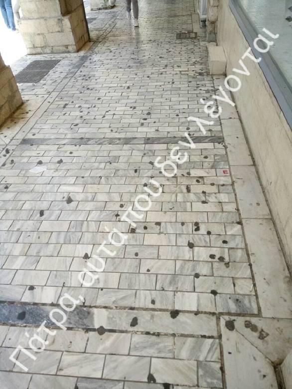 """Οι μαύρες μικρές """"βούλες"""" στον πεζόδρομο της Αγίου Νικολάου που κάποτε ήταν τσίχλες! (pics)"""