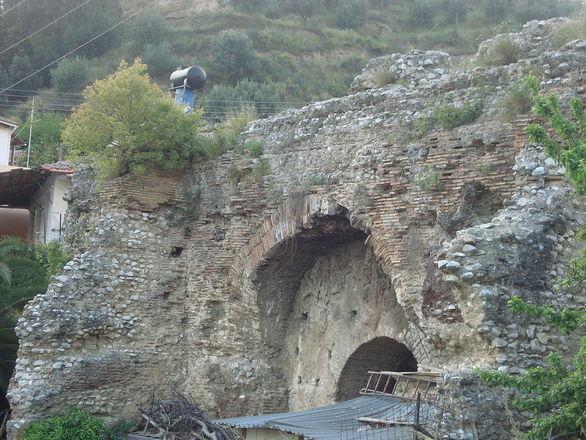 Τμήμα του Ρωμαϊκού υδραγωγείο ανάμεσα σε αυλές σπιτιών