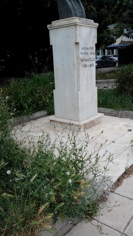 Πάτρα: Στα μαύρα της τα χάλια η πλατεία Παπαφλέσσα (pics)