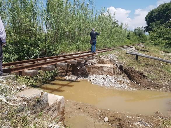 """Οι πλημμύρες στην Ηλεία """"έκοψαν"""" την γραμμή του τρένου"""
