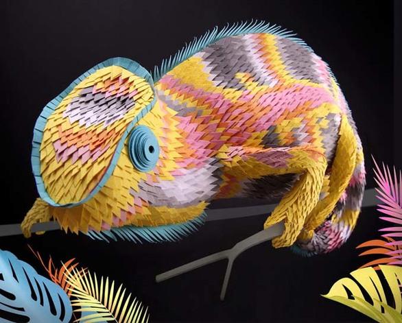 Δημιουργεί εκπληκτικά έργα τέχνης, κόβοντας χαρτί σε εκατοντάδες κομματάκια (φωτο)