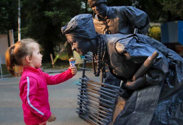 Χορογραφίες, οπτικές ψευδαισθήσεις και διαδραστικότητα στο φεστιβάλ Ζωντανών Αγαλμάτων (φωτο)