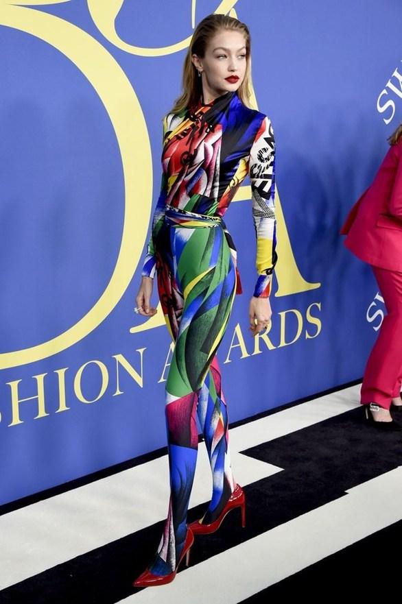 H... πολύχρωμη εμφάνιση της Gigi Hadid! (φωτο)