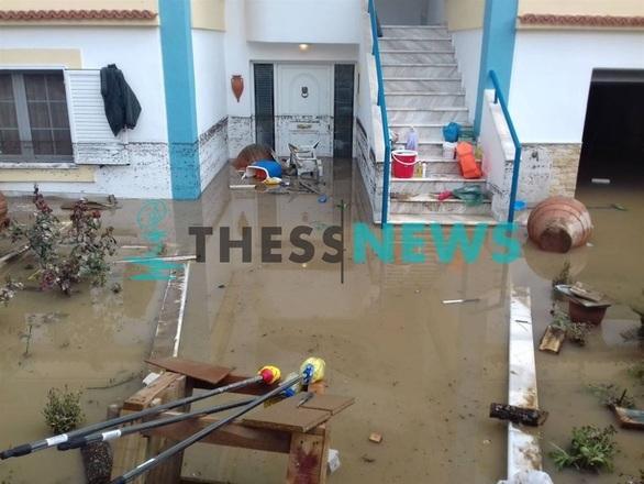 Ξεριζώθηκε ολόκληρη πισίνα από την κακοκαιρία (φωτο)