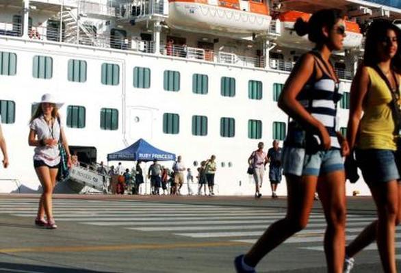 """Τουρίστες της... μιας βραδιάς στην Πάτρα - Έρχονται κατά """"κύματα"""" όμως την προσπερνούν"""