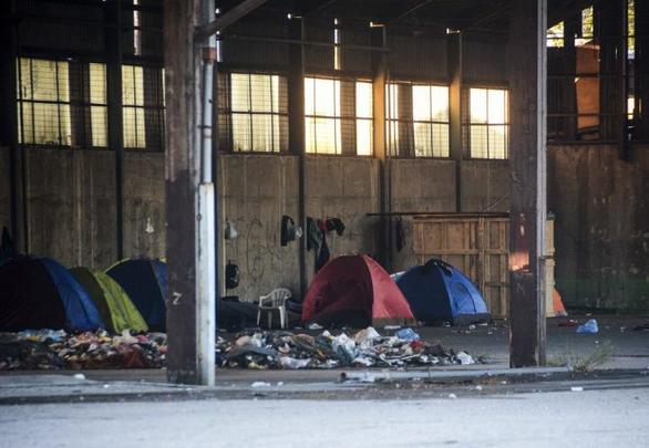 Πάτρα: Η μαζική εκκένωση της ΕΛ.ΑΣ. έκανε τους μετανάστες άστεγους