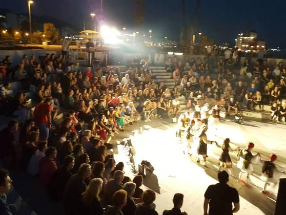 Χορός από τους Ζαβλανιώτες στο Θεατράκι της Μαρίνας στην Πάτρα (pics)