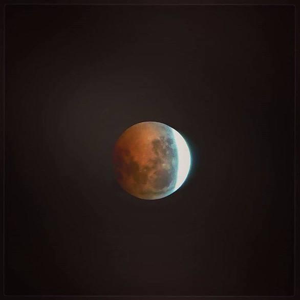 Το «ματωμένο φεγγάρι» εντυπωσίασε πάνω από την πόλη της Πάτρας (pics)