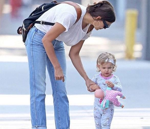 Irina Shayk - Με την κόρη της στο πάρκο (φωτο)