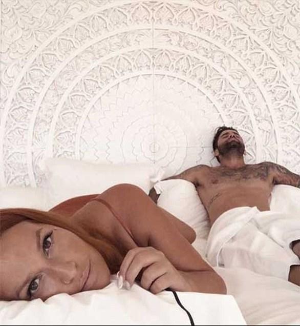 Σίσσυ Χρηστίδου - Ποζάρει στο κρεβάτι με τον Θοδωρή Μαραντίνη! (φωτο)
