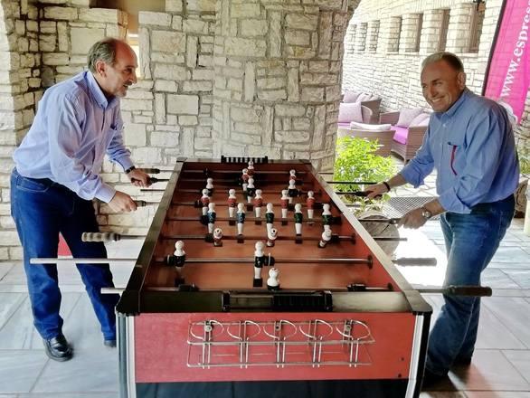 Φιλική αναμέτρηση στο ποδοσφαιράκι για Απόστολο Κατσιφάρα και Γιώργο Λαζουρά!