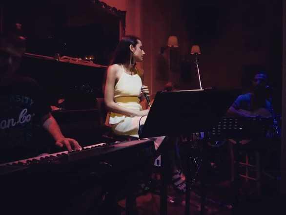 """Βασιλική Μουρίκη - Η Πατρινή performer βρίσκει τον ήχο, τη μουσική και τα """"πατήματα"""" της (pics)"""