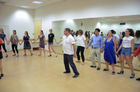 """Με χορό """"έκλεισε"""" η επίσκεψη της αντιπροσωπείας του Δήμου Πεκίνου στην Πάτρα (φωτο)"""