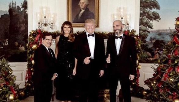 Ο Βαλάντης ποζάρει δίπλα στο ζεύγος Τραμπ! (φωτο)