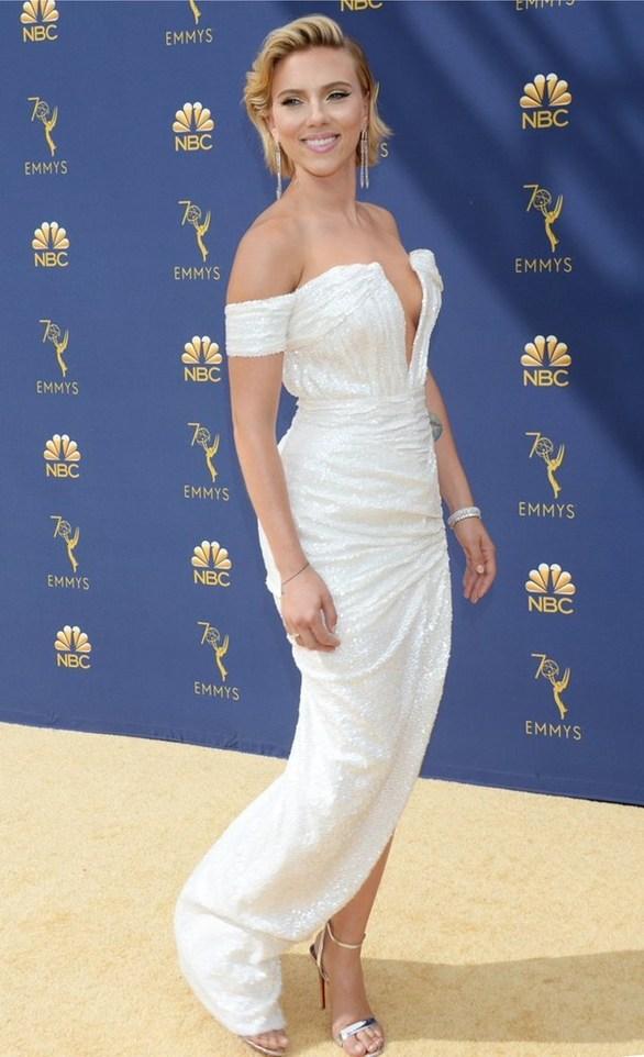 Με κοσμήματα Έλληνα σχεδιαστή εμφανίστηκε η Scarlett Johansson στα Emmy Awards! (φωτο)