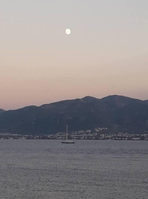 To φεγγάρι παίρνει τη θέση του στον Πατραϊκό ουρανό (pics)
