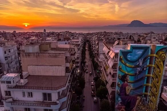 """Η """"Αλίκη στη χώρα των θαυμάτων"""" με φόντο το ηλιοβασίλεμα της Πάτρας!"""