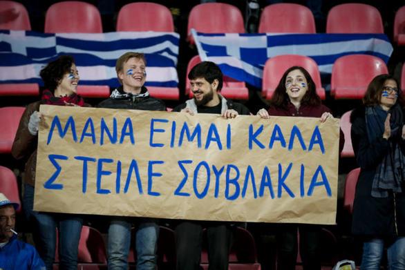"""Επικό πανό Ελλήνων στη Φινλανδία: """"Μάνα είμαι καλά, στείλε σουβλάκια!"""" (pics)"""