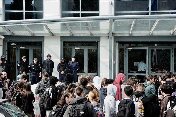 Μπούκαραν φοιτητές στο γραφείο του Γαβρόγλου (pics+video)