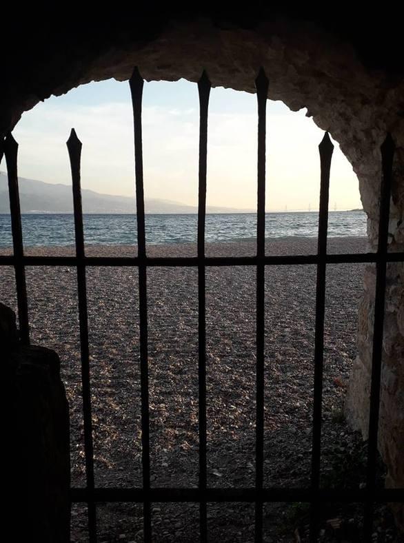 Η θέα μέσα από τις πύλες του κάστρου στο λιμανάκι της Ναυπάκτου (pics)