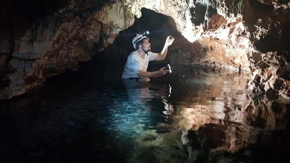 Βόλτα στο υπόγειο σπήλαιο της Υρμίνης με τα ιαματικά λουτρά (pics)