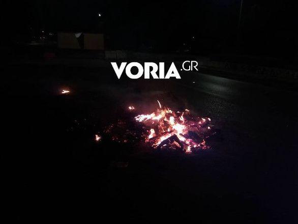 Θεσσαλονίκη - Μολότοφ και οδοφράγματα έξω από την Πολυτεχνική Σχολή του ΑΠΘ (φωτο+video)
