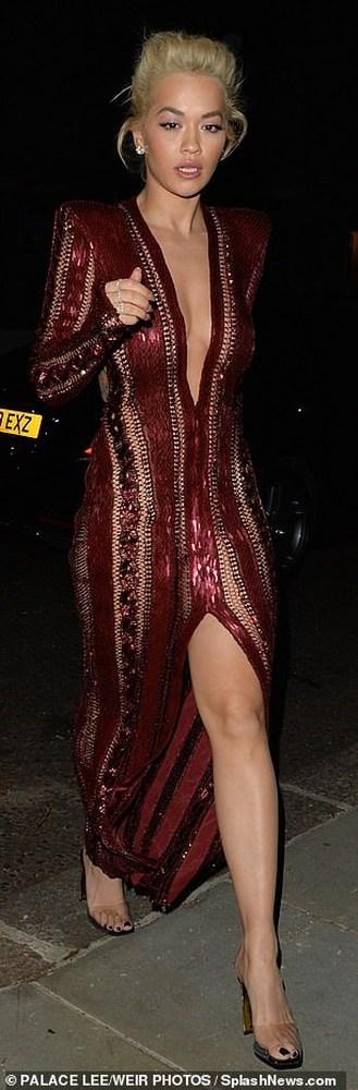 Μια αποκαλυπτική εμφάνιση από τη Rita Ora (φωτο)
