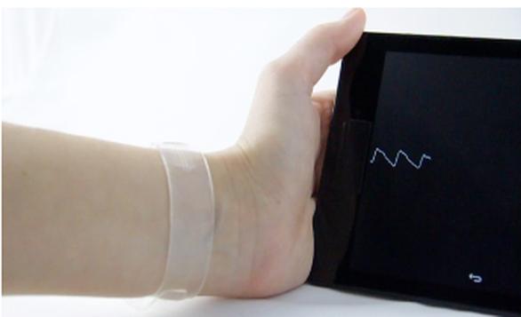 Εφαρμογή του φωτοανιχνευτή σε εύκαμπτη μορφή όπου μπορεί να χρησιμοποιηθεί για μέτρηση καρδιακών παλμών και άλλων βιοϊατρικών παραμέτρων Courtesy ICFO (Image credit: ICFO)