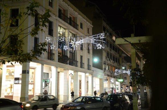 """Άναψε ο Χριστουγεννιάτικος διάκοσμος της Πάτρας - Η πόλη """"φόρεσε"""" τα γιορτινά της (φωτο)"""
