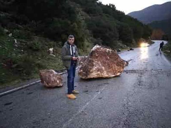 Κατολίσθηση βράχων στο δρόμο Κλειτορίας προς Τρίπολη