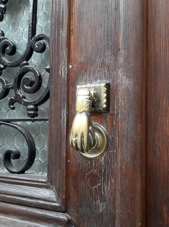 Τα ρόπτρα που εξακολουθούν να στολίζουν πόρτες της Πάτρας και να θυμίζουν άλλες εποχές (φωτο)