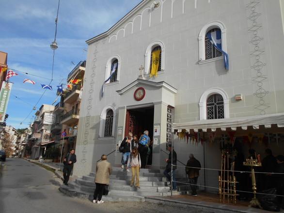 Δεκάδες Πατρινοί στον Άγιο Νικόλαο για να ανάψουν ένα κεράκι
