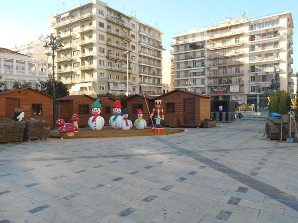 Στήνεται το Χριστουγεννιάτικο χωριό στην πλατεία Γεωργίου - Δείτε φωτογραφίες