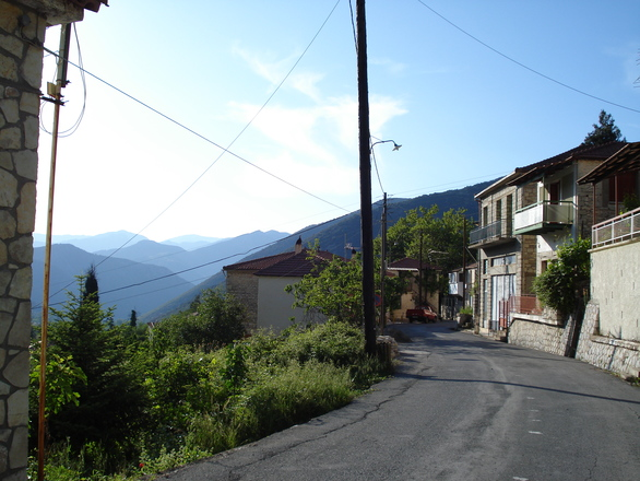 Σύνορα οικοπέδου με δρόμο, είσοδος οικοπέδου (δίπλα στην κολόνα της ΔΕΗ)