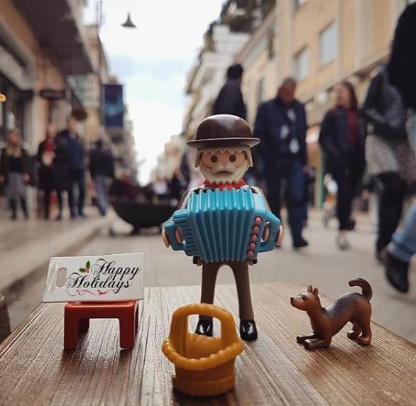 """Συγκινητικό! Ο ακορντεονίστας της Ρήγα Φεραίου έγινε φιγούρα playmobil και """"επέστρεψε"""" στην Πάτρα παραμονή Πρωτοχρονιάς! (φωτο)"""