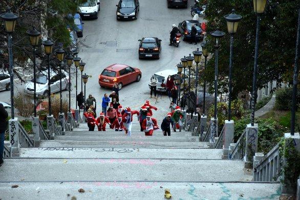 Πάτρα - Άγιοι Βασίληδες ανέβηκαν τρέχοντας τα σκαλιά της Αγίου Νικολάου (pics+video)
