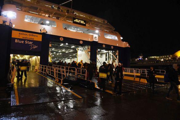 """Πρωτοχρονιά στο λιμάνι του Πειραιά και υποδοχή του πλοίου """"Μπλου Σταρ Δήλος"""" (φωτο)"""