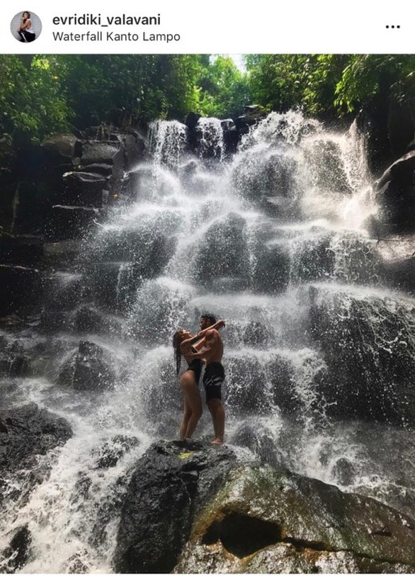 Βαλαβάνη - Βασάλος: Ποζάρουν αγκαλιά με φόντο έναν εντυπωσιακό καταρράκτη! (φωτο)