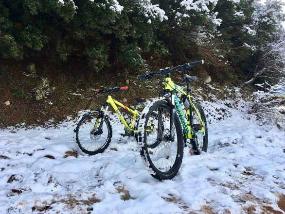 Πατρινοί λάτρεις του MtB έκαναν βόλτα με το ποδήλατό τους στα χιόνια (pics)