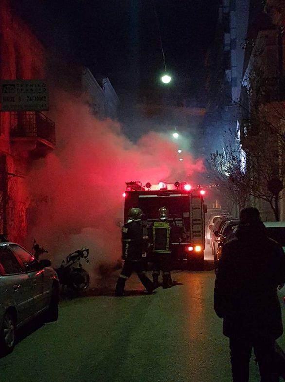 Πάτρα - Μηχανάκι τυλίχθηκε στις φλόγες τα ξημερώματα (φωτο+video)