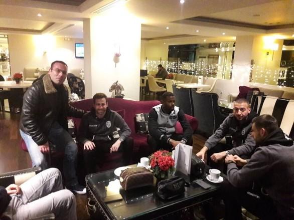 Έφτασε η αποστολή του ΠΑΟΚ στην Πάτρα - Οι οπαδοί συνάντησαν τους παίκτες