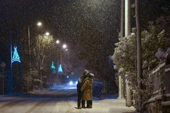 Ζευγάρι φιλιέται μέσα στα χιόνια και γίνεται viral
