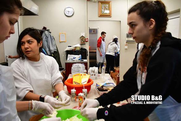 Ναύπλιο: Φοιτητές μαγείρεψαν στο συσσίτιο Ευαγγελίστριας (pics+video)