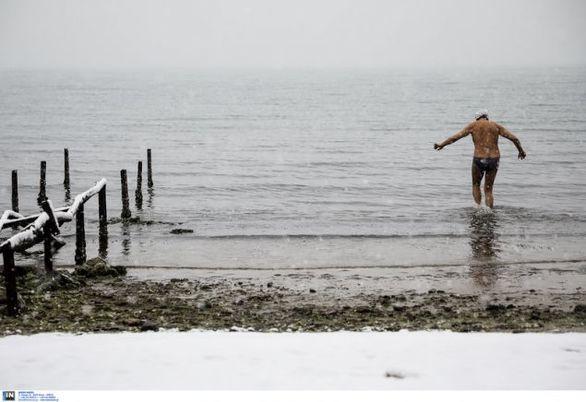 Θεσσαλονίκη: Χειμερινός κολυμβητής τρέχει με το μαγιό στα χιόνια