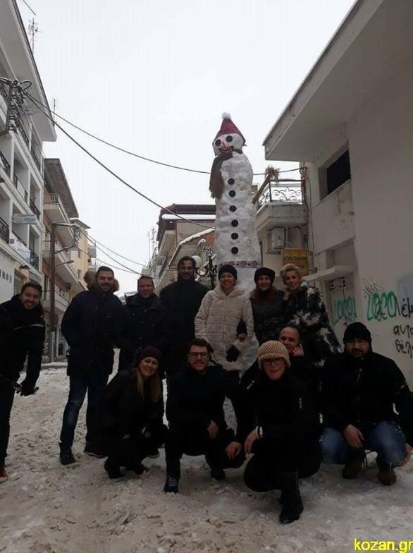 Ο πιο ψηλός χιονάνθρωπος στην Ελλάδα είναι στην Πτολεμαΐδα (video)
