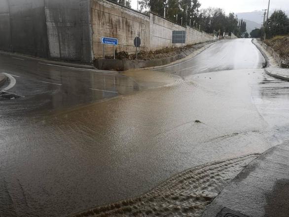 """""""Ποτάμια"""" έγιναν οι δρόμοι γύρω από το Ρίο της Πάτρας - """"Φωνάζουν"""" οι κάτοικοι"""