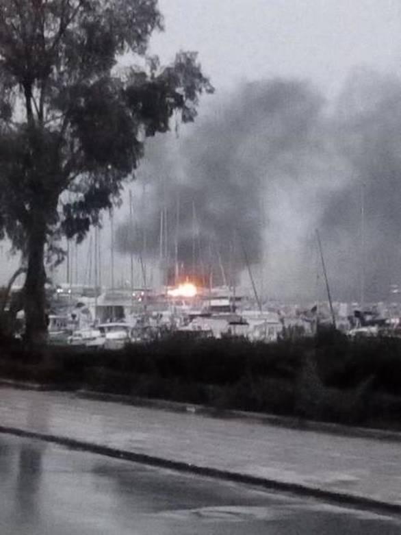 Πάτρα: Στις φλόγες δύο ιστιοφόρα στο παλιό λιμάνι (pic+video)