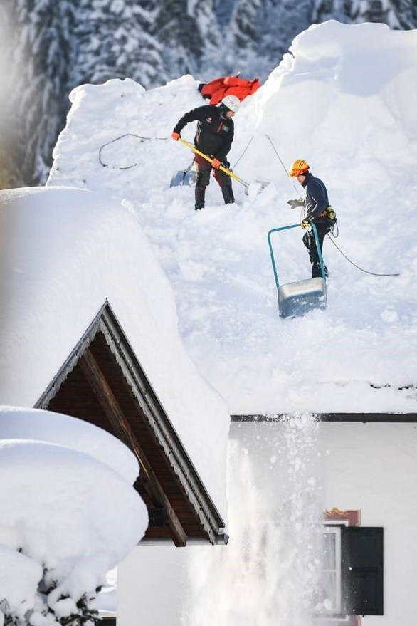 Χιονοστιβάδα σκέπασε εστιατόριο ξενοδοχείου στην Ελβετία (φωτο)