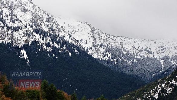 Ο χιονισμένος Ερύμανθος από τη Μονή του Αγίου Νικολάου πάνω από την Άνω Βλασία (pics)