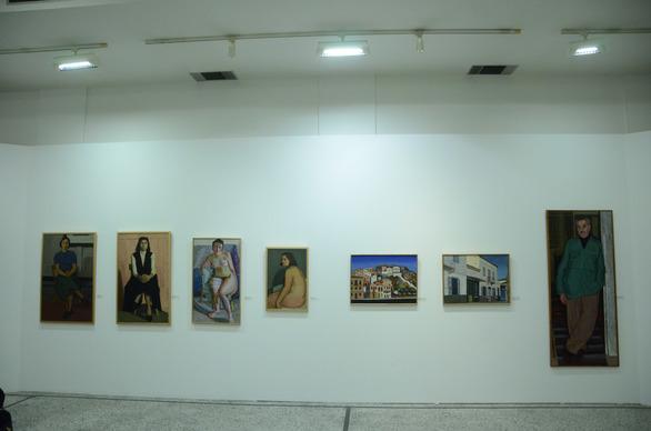 Οι Πατρινοί ξεναγήθηκαν στην αναδρομική έκθεση με σχέδια και ψηφιδωτά έργα του Γιάννη Κολέφα (φωτο)